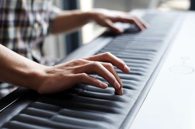 Играет на синтезаторе
